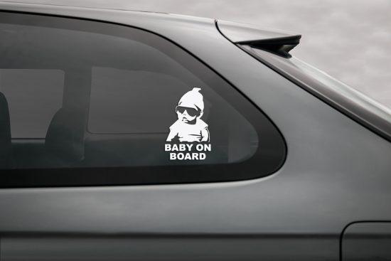 lipdukas vaikas automobilyje